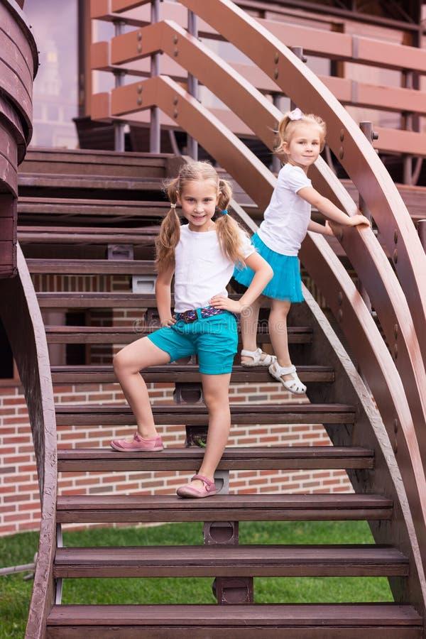 Dois gilrs felizes bonitos exteriores imagens de stock royalty free