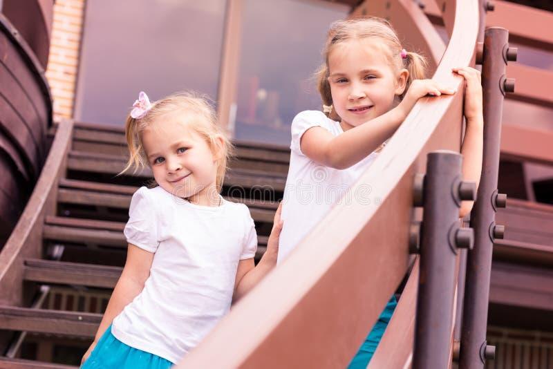 Dois gilrs felizes bonitos exteriores fotos de stock