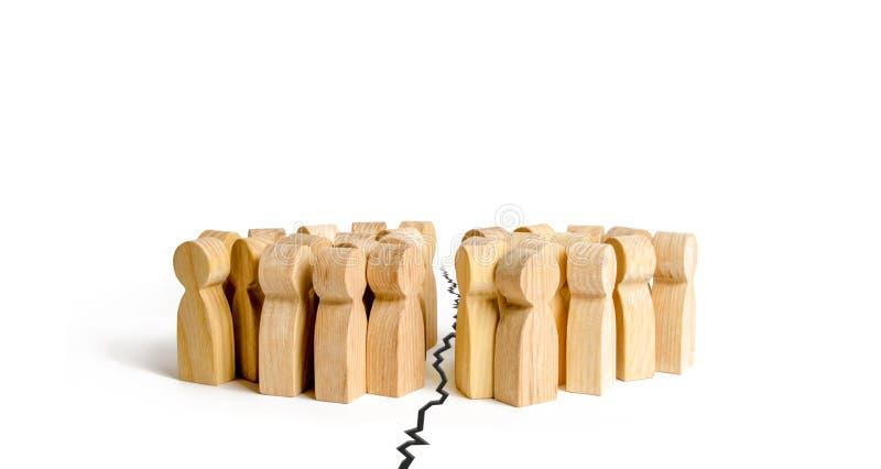 Dois grupos de pessoas são separados por uma quebra O conceito da disputa e a discussão, o engano e a inimizade Símbolo de civil fotos de stock royalty free