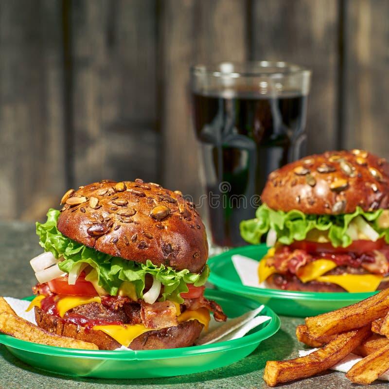 Dois Hamburger e vidros da bebida no fundo de madeira velho imagem de stock royalty free