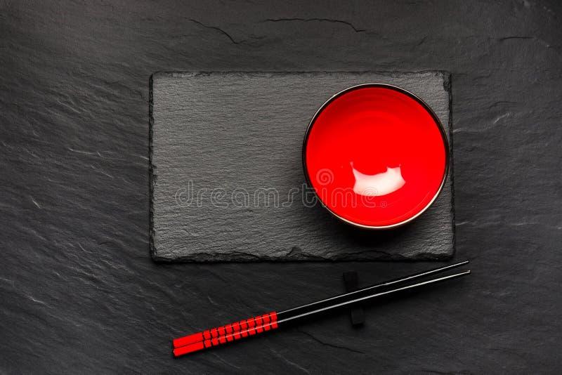 Download Dois Hashis E Placa Vermelha No Fundo De Pedra Preto Com Copyspace Imagem de Stock - Imagem de projeto, japonês: 80102759
