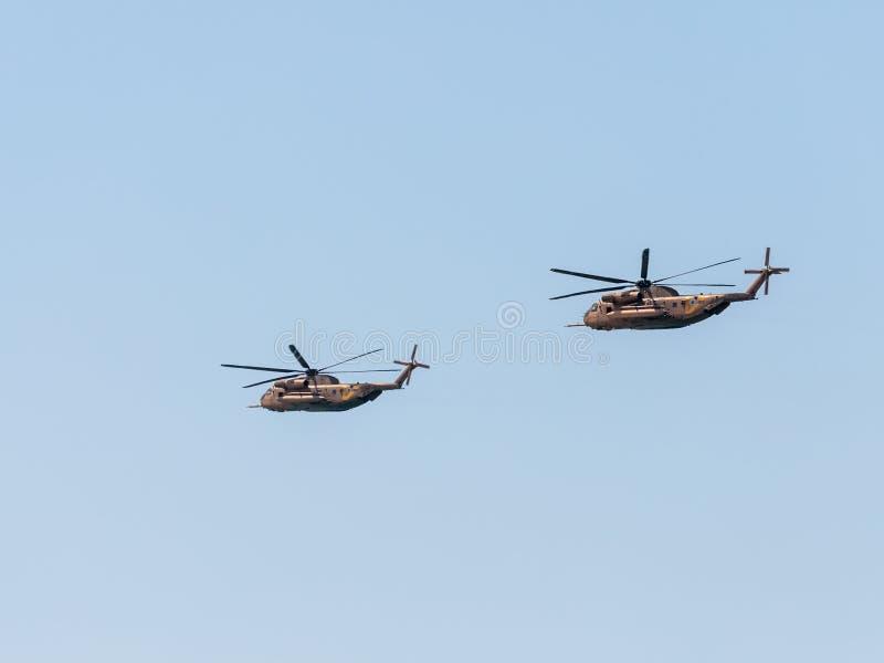 Dois helicópteros de combate israelitas participam em uma parada do ar dedicada ao 70th aniversário da independência de Israel imagem de stock