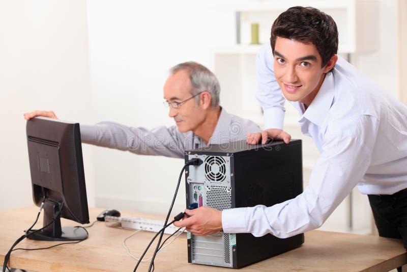 Dois homens com um computador imagem de stock royalty free