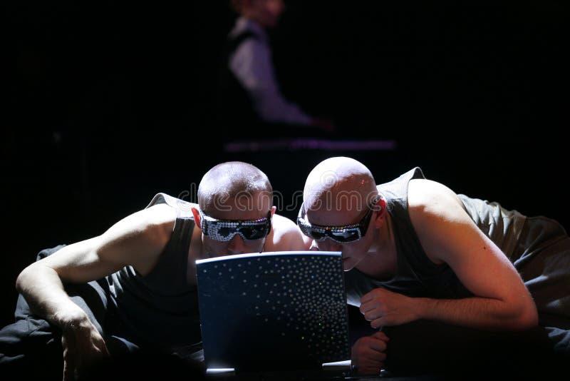 Dois homens com um computador foto de stock