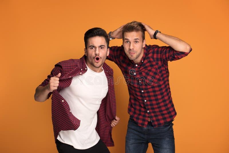 Dois homens consideráveis que têm o divertimento no estúdio imagem de stock