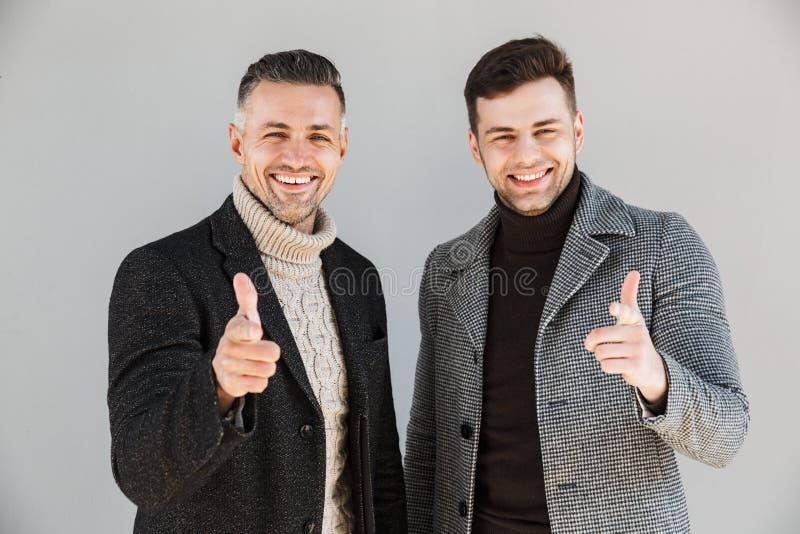Dois homens consideráveis que vestem revestimentos imagem de stock royalty free