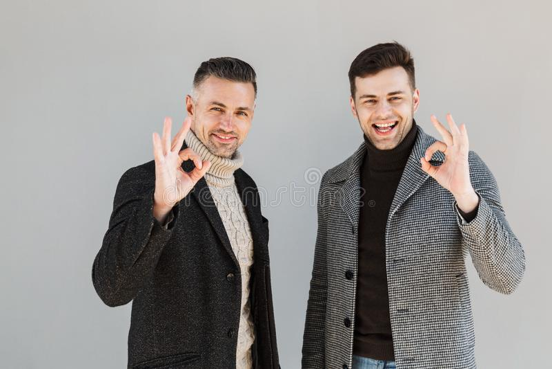 Dois homens consideráveis que vestem revestimentos imagens de stock