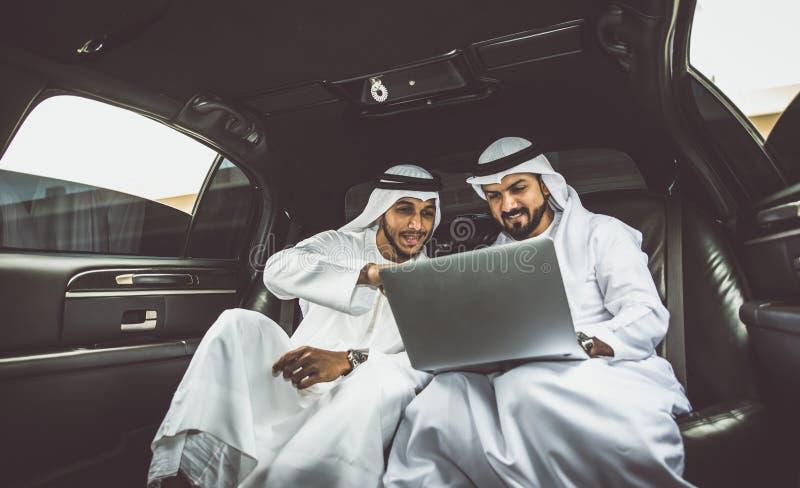 Dois homens de negócios árabes dentro da limusina imagens de stock