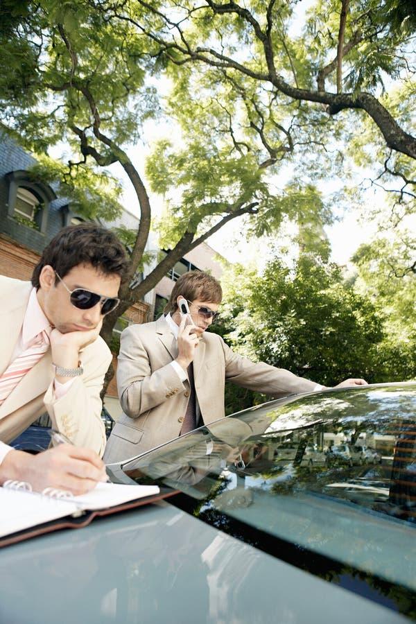 Download Homens De Negócios Que Encontram-se Em Torno Do Carro. Foto de Stock - Imagem de edifícios, outdoors: 29849366