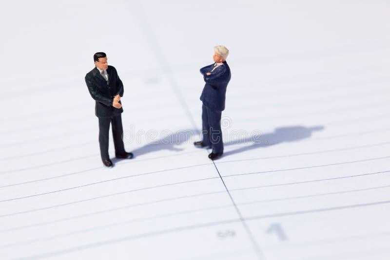 Dois homens de negócios negociam sobre um negócio