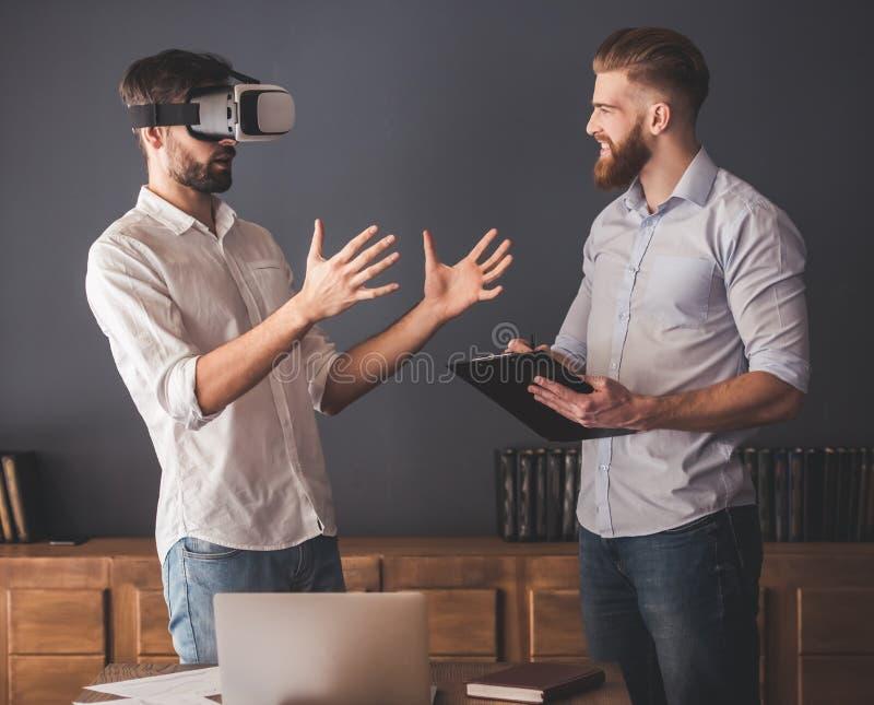 Dois homens de negócios novos consideráveis imagens de stock