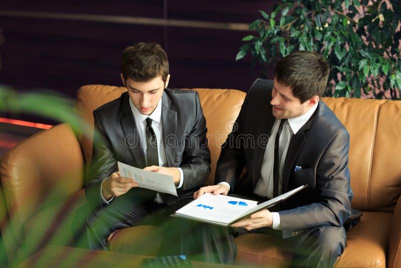 Dois homens de negócios novos que discutem o projeto fotos de stock