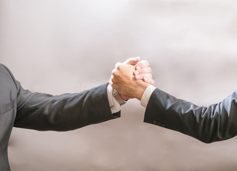 Dois homens de negócios partner para cumprimentar-se, um aperto de mão firme foto de stock