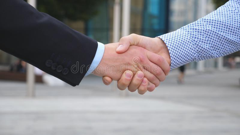 Imagens De Cumprimento: Dois Homens De Negócios Que Cumprimentam-se Pelo Aperto De