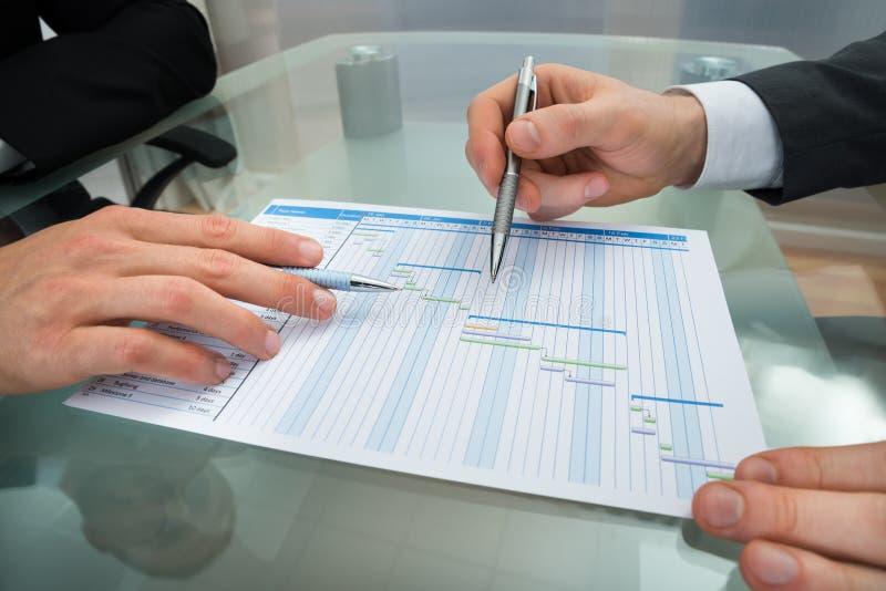 Dois homens de negócios que fazem o diagrama de Gantt fotos de stock royalty free