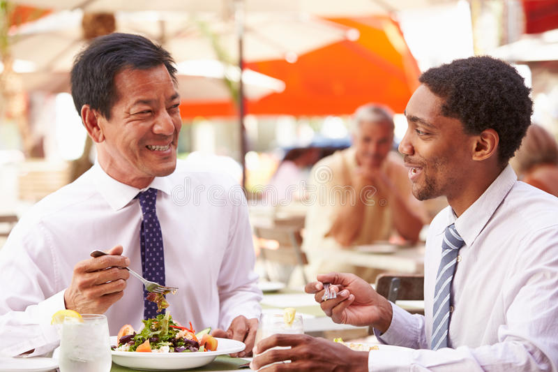 Dois homens de negócios que têm a reunião no restaurante exterior fotos de stock royalty free