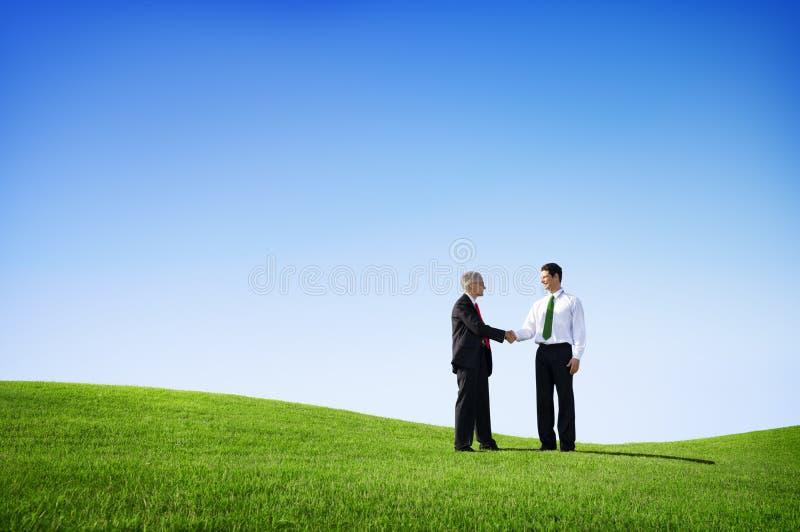Dois homens de negócios que têm um acordo foto de stock