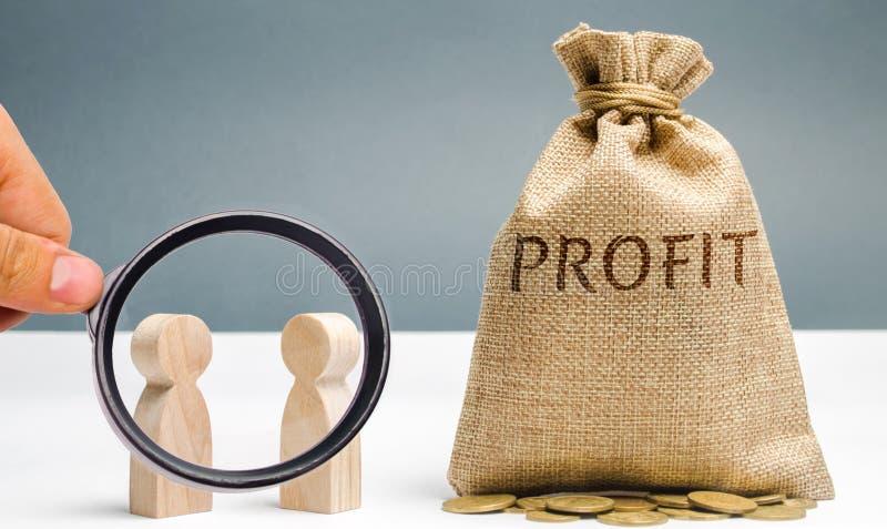 Dois homens de neg?cios est?o discutindo o lucro da empresa Busca para fontes de financiamento Planeamento empresarial A distribu imagens de stock royalty free