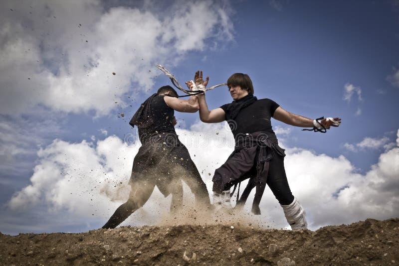 Dois homens estão lutando fotos de stock