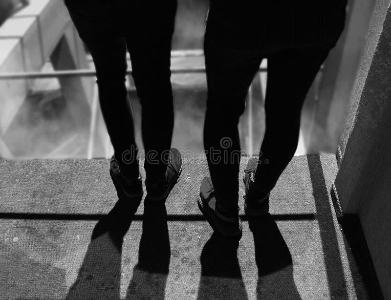 Dois homens na parte traseira perto das escadas imagens de stock
