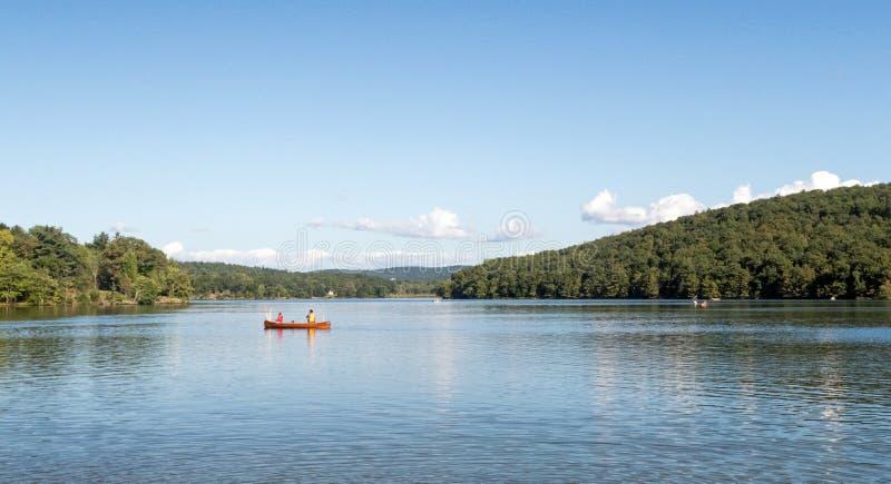 Dois homens na pesca da canoa no lago Taghkanic imagem de stock royalty free