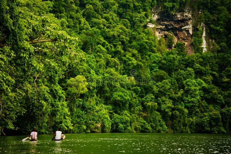 Dois homens nas canoas no rio doce foto de stock