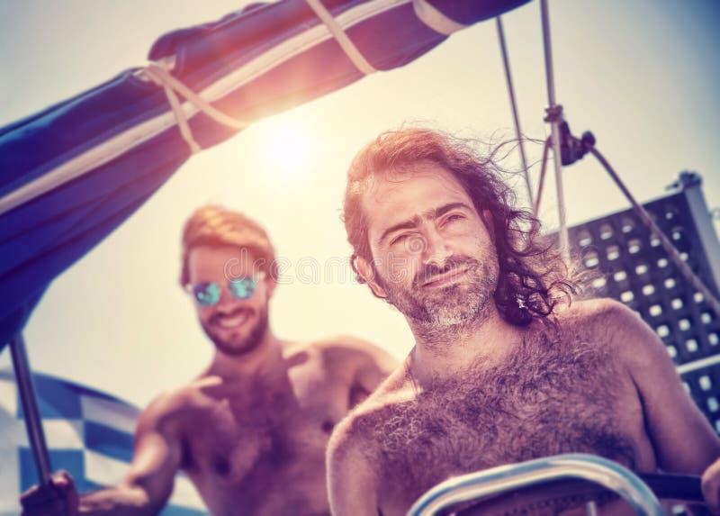 Dois homens no veleiro imagens de stock royalty free