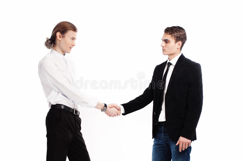 Dois homens novos elegantes cumprimentam-se foto de stock royalty free