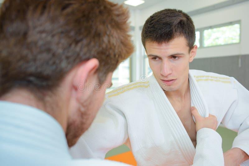 Dois homens novos no combate da arte marcial imagens de stock