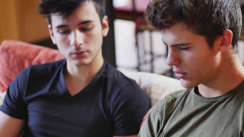 Dois homens novos que falam e que conversam foto de stock