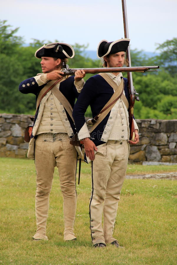 Dois homens novos vestidos como soldados com referência - a decretar a demonstração do mosquete, forte Ticonderoga, New York, 201 imagens de stock