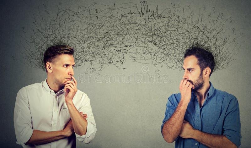 Dois homens preocupados que olham se que troca pensamentos imagem de stock
