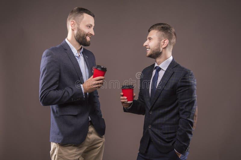 Dois homens que estão com uma xícara de café fotografia de stock royalty free