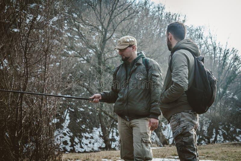 Dois homens que falam e que pescam foto de stock