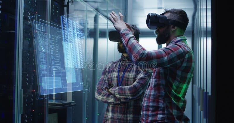 Dois homens que trabalham em um centro de dados foto de stock