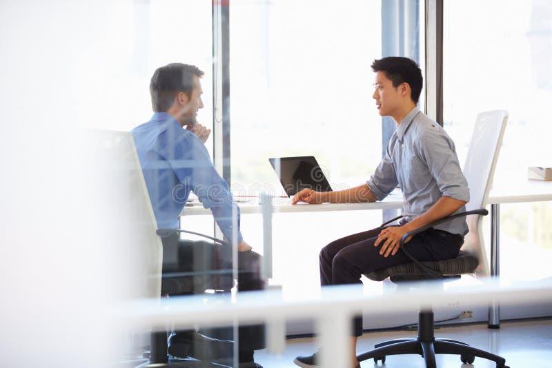 Dois homens que trabalham em um escritório moderno fotografia de stock royalty free