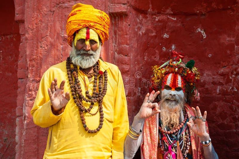 Dois homens santamente de Sadhu no templo de Pashupatinath em Kathmandu, Nepal fotos de stock
