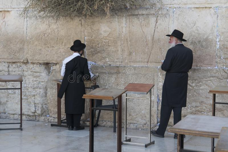 Dois homens ultraortodoxos no preto que rezam na parede lamentando, Jerusalém, Israel fotos de stock