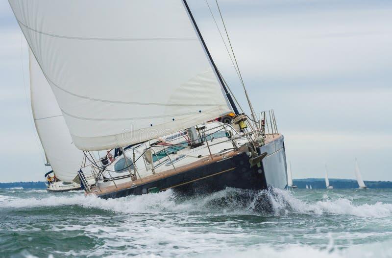 Dois iate do barco de navigação que competem no mar imagens de stock royalty free