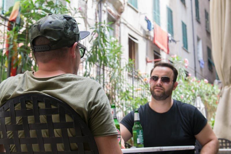 Dois indivíduos albaneses da máfia estão falando o negócio fotografia de stock
