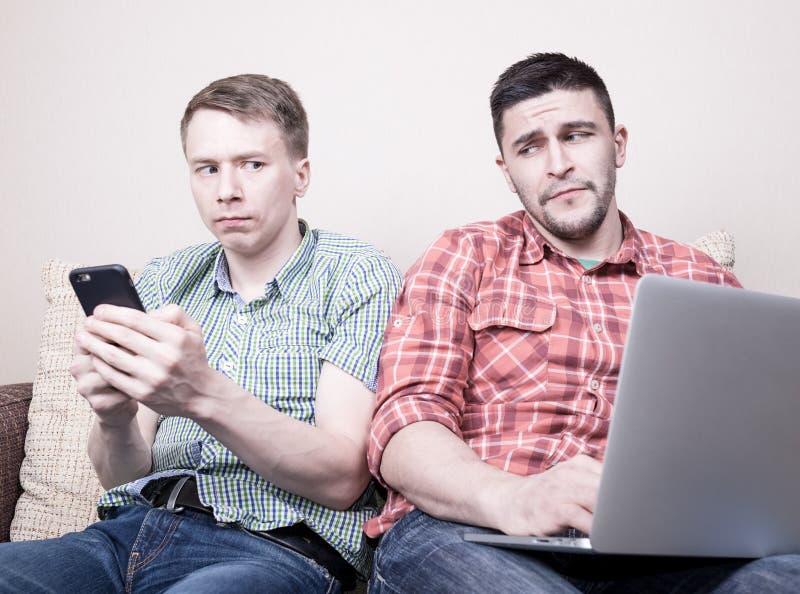 Dois indivíduos com dispositivos imagens de stock