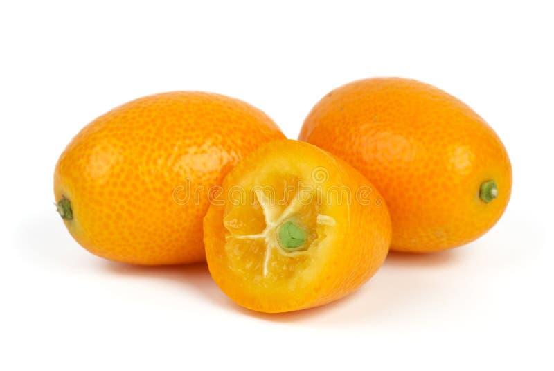 Dois inteiros e frutas cortadas do kumquat fotos de stock royalty free