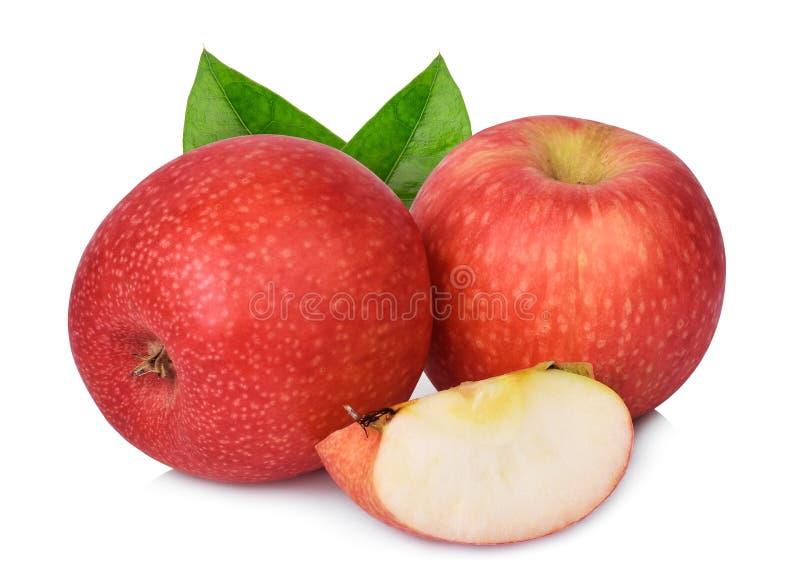 Dois inteiros e meia maçã da senhora cor-de-rosa com a folha verde isolada no branco fotografia de stock