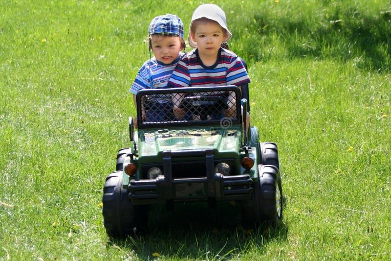 Dois irmãos felizes no carro imagens de stock
