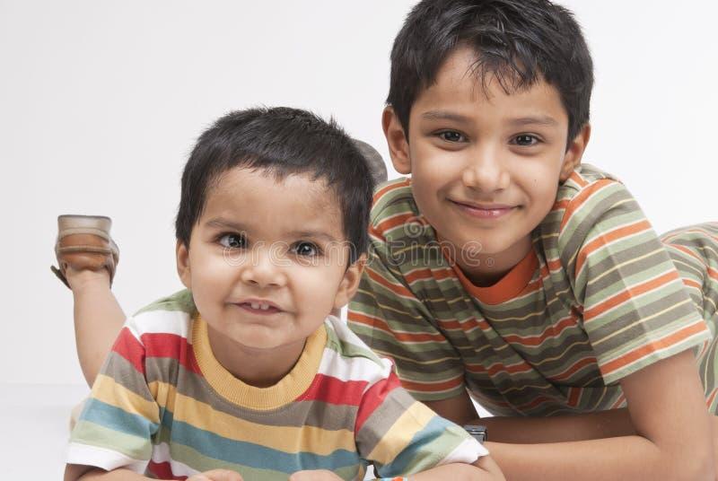 Dois irmãos indianos loving foto de stock royalty free