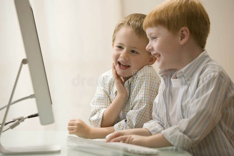 Dois irmãos que jogam jogos de computador imagem de stock royalty free