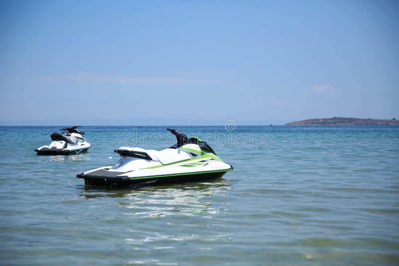 Dois jet skis no oceano aberto foto de stock royalty free
