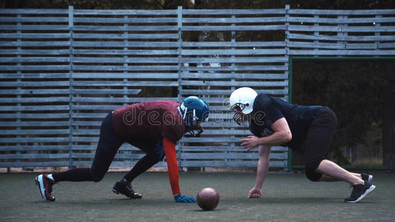 Dois jogadores de futebol protegidos com capacete fotografia de stock
