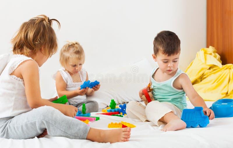 Dois jogos das irmãs e do irmão imagens de stock royalty free