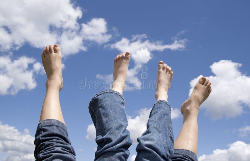 Dois jogos dos pés no ar. imagens de stock